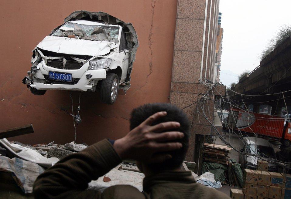 Водитель на парковке в здании потерял управление и пробил стену