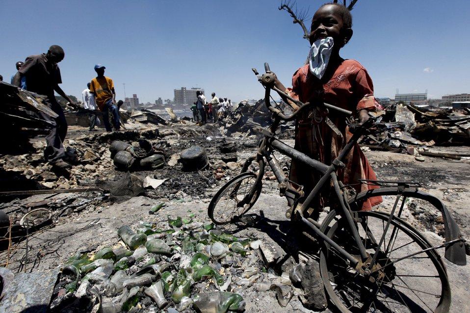 В Найроби, Кения пожар в районе трущоб уничтожил более 1 000 лачуг