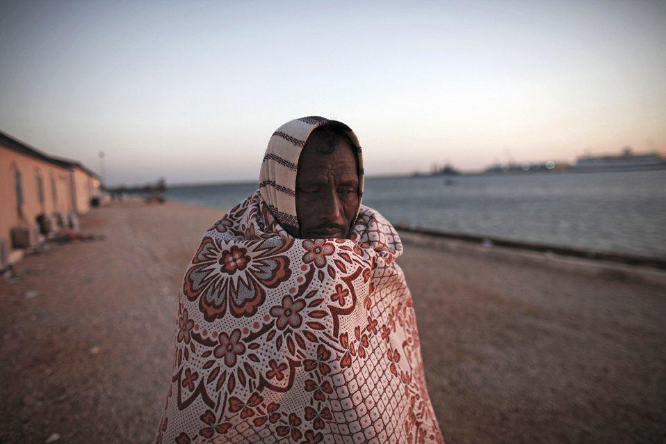 Рабочий из Бангладеша пытается покинуть Ливию
