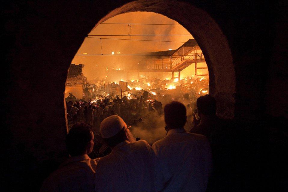Пожар, разгоревшийся в трущобах Мумбаи, уничтожил дом юной звезды «Миллионера из трущоб»