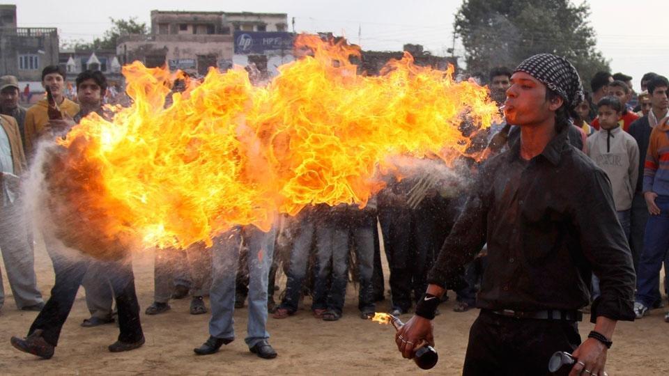 «Пожиратель гоня» развлекает толпу во время фестиваля Шиваратри