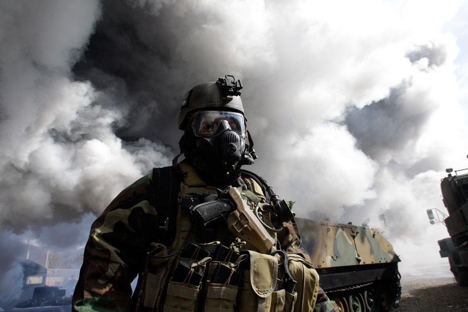 Американский солдат в противогазе