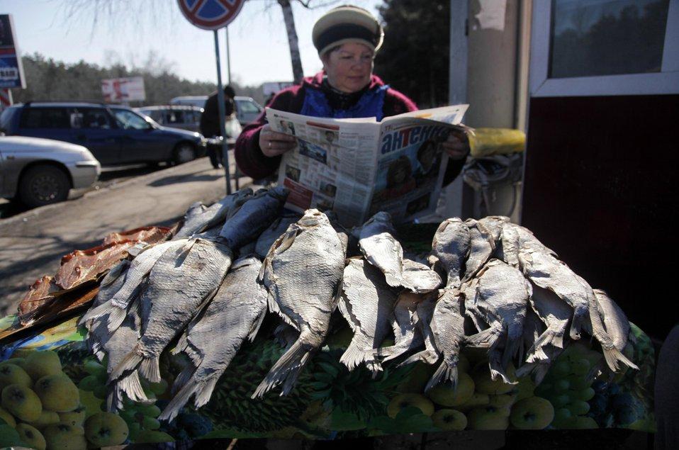 Продавщица сушеной рыбы на обочине дороги в Кишиневе