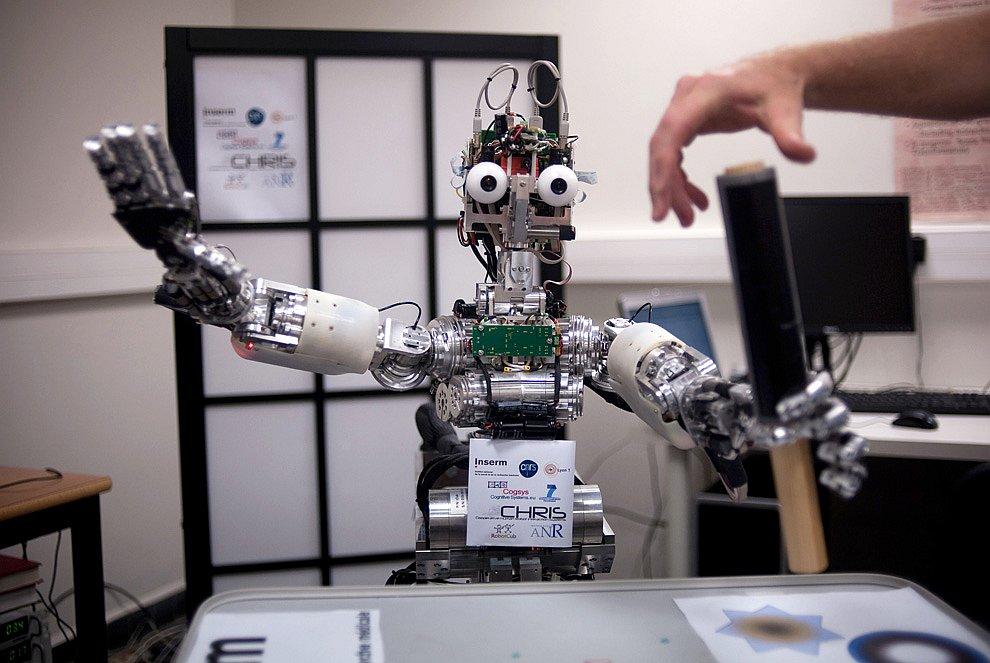 Робот iCub