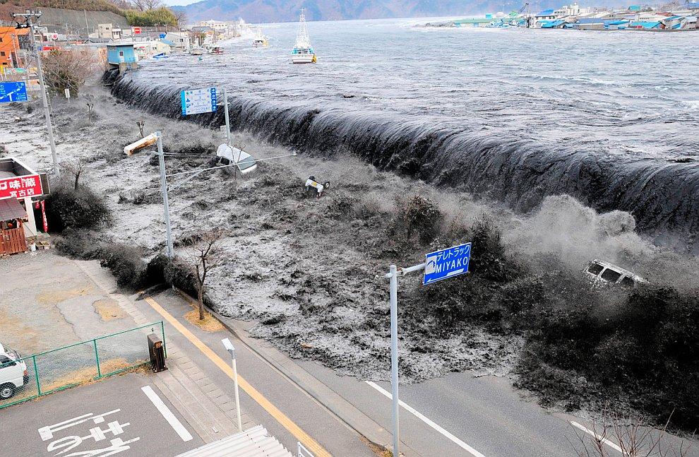Начало наводнения в городе Мияко, Япония