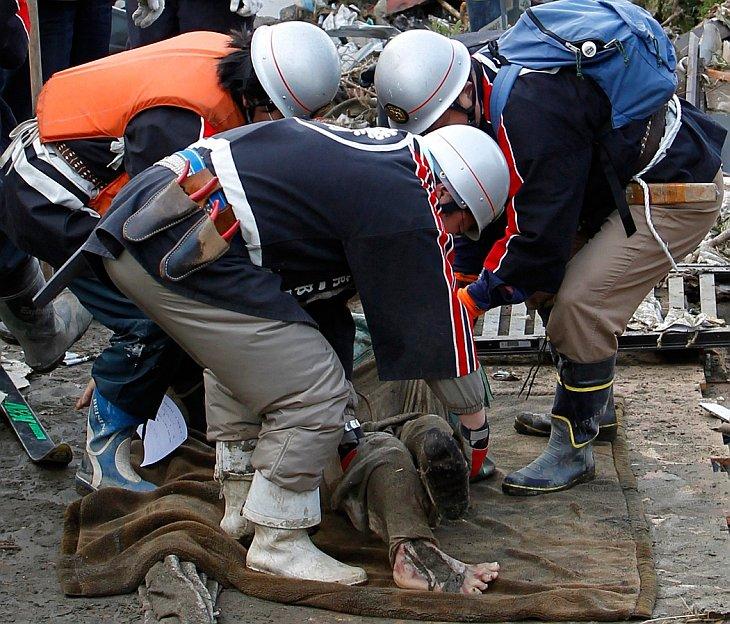 Один из погибших в городе Рикузентаката в префектура Ивате, Япония