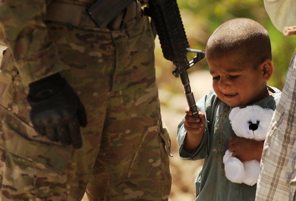 Афганский мальчик и американский солдат