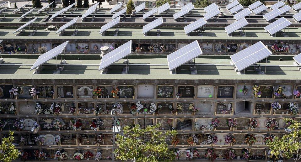 В Барселоне, на кладбище, на крыше мавзолеев установили солнечные батареи