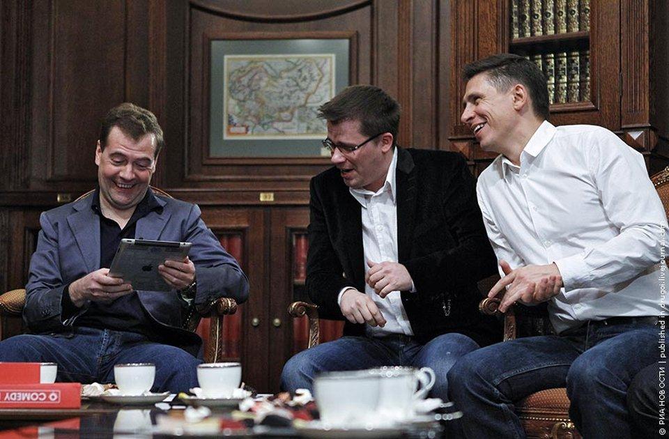 Участники проекта Камеди Клаб Гарик Харламов и Тимур Батрутдинов посетили президента России Дмитрия Медведева в резиденции «Горки» и подарили ему iPad 2