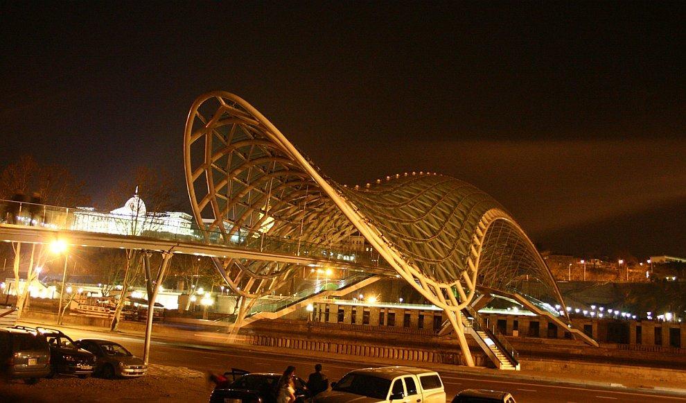 Час Земли на пешеходном мосту Мира на реке Кура в Тбилиси