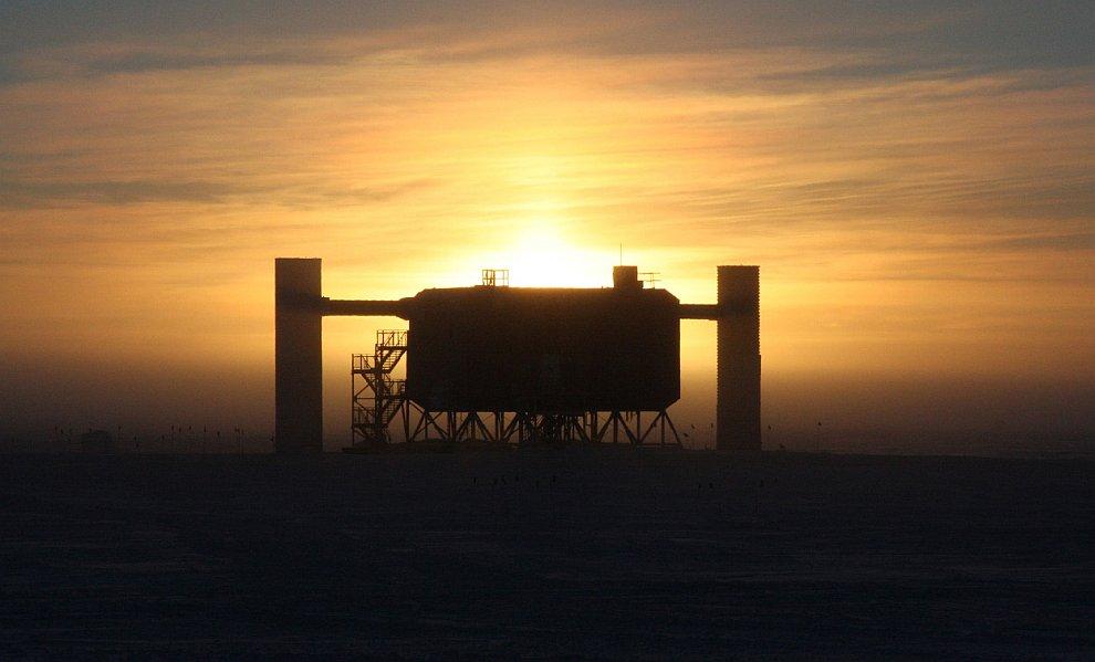 Силуэт детектора нейтрино IceCube