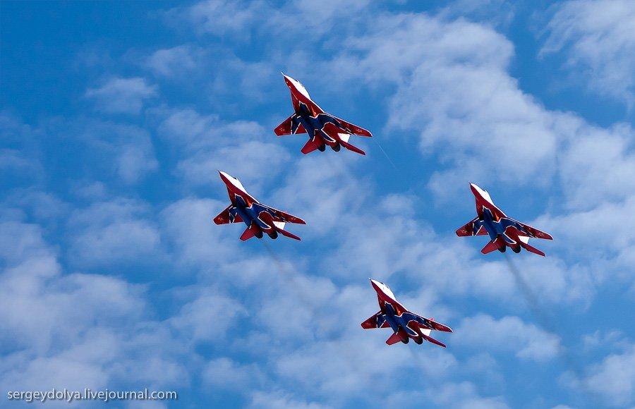 Воздушный парад пилотажной группы «Русские Витязи»