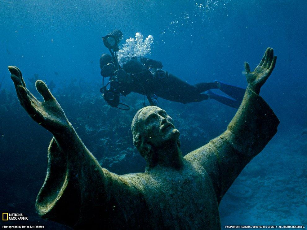 Подводная статуя Христа