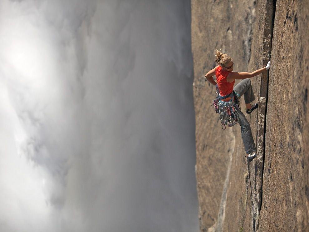 Скалолазка у Йосемитского водопада