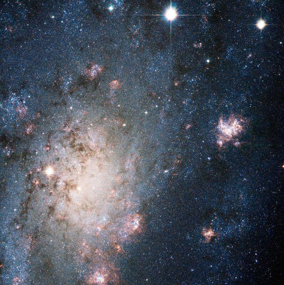 Яркая вспышка сверхновой в галактике, находящейся в созвездии Жираф