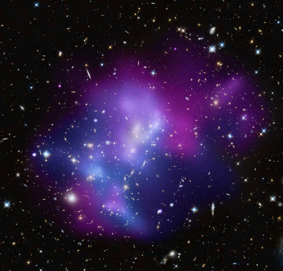 Огромный галактический кластер MACS J0717