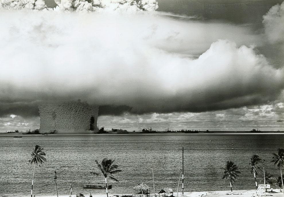 Испытание атомной бомбы на атолле Бикини