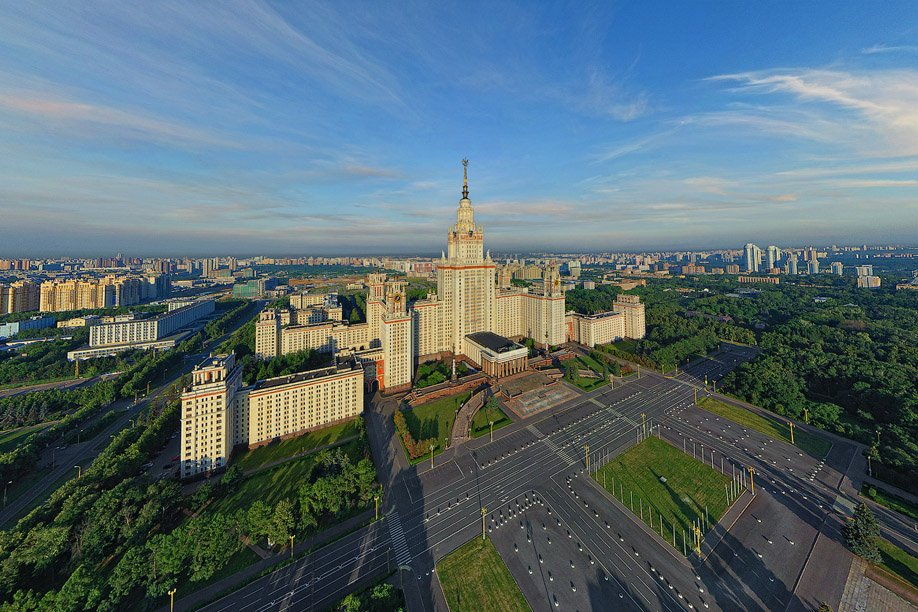 Воробьевы горы и здание МГУ с высоты