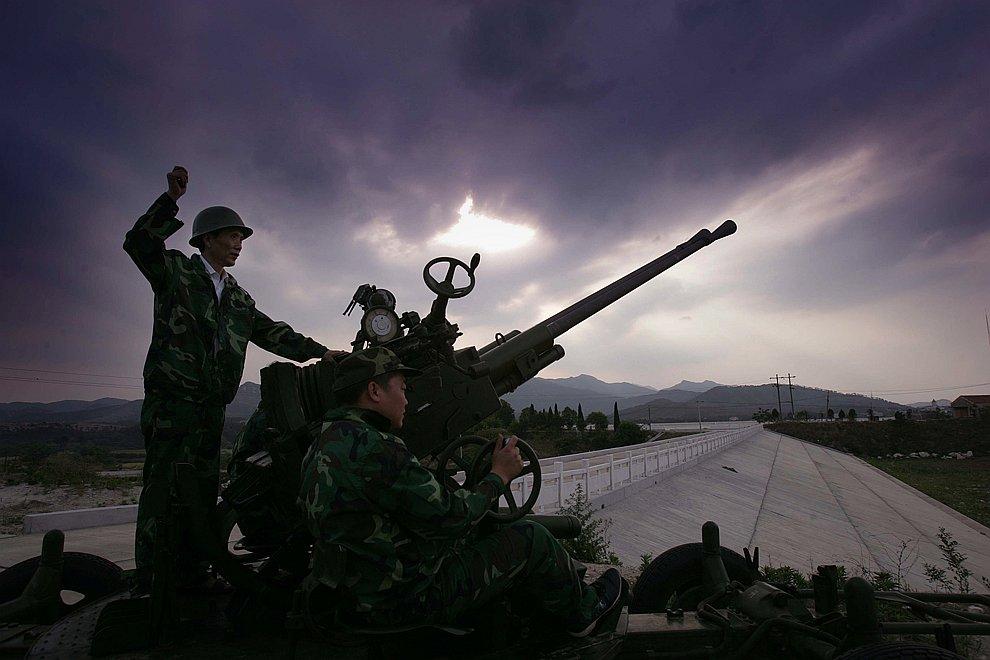 Китайские солдаты стреляют по облакам