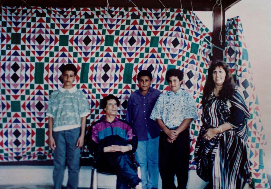 Полковник Муаммар Каддафи, сын Сейф аль-Ислам (слева), жена Сафия Фаркаш (справа)