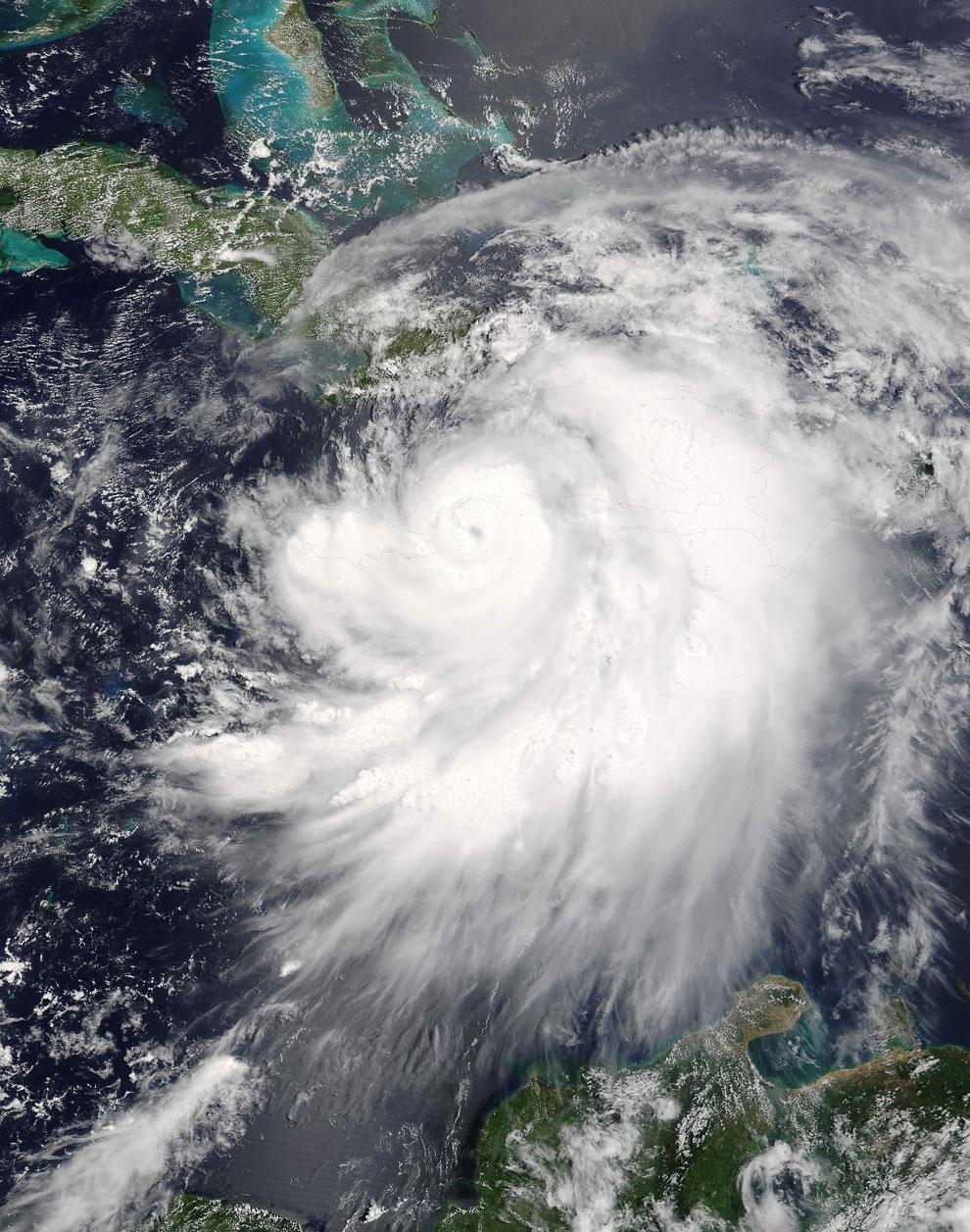 Спутниковый снимок урагана Дэннис