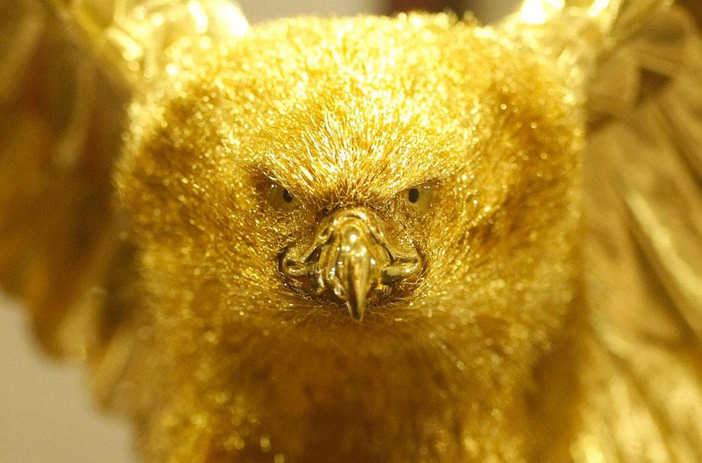 Золотая статуя хищной птицы