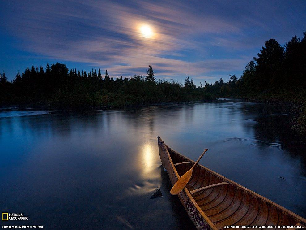 Ночная река и каноэ, штат Мэн, США