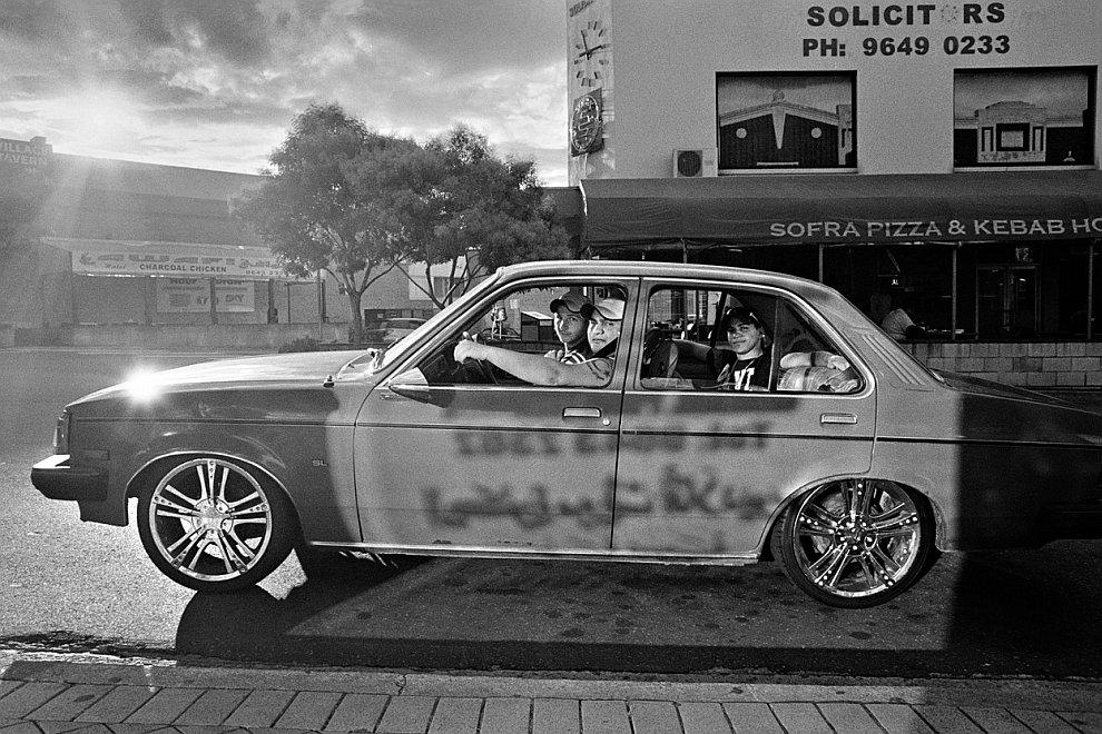 Молодые люди в машине, Сидней, Австралия