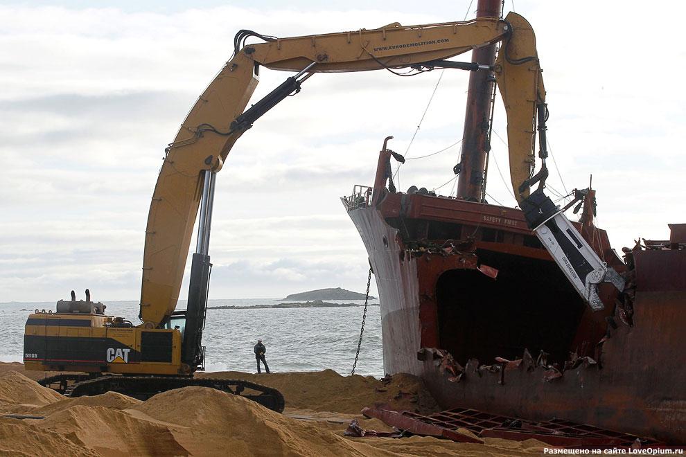 Последние дни огромного корабля на побережье Франции