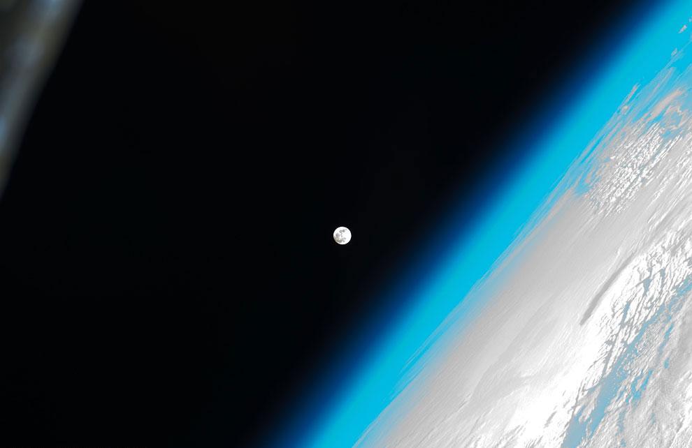 Земля, земная атмосфера и Луна