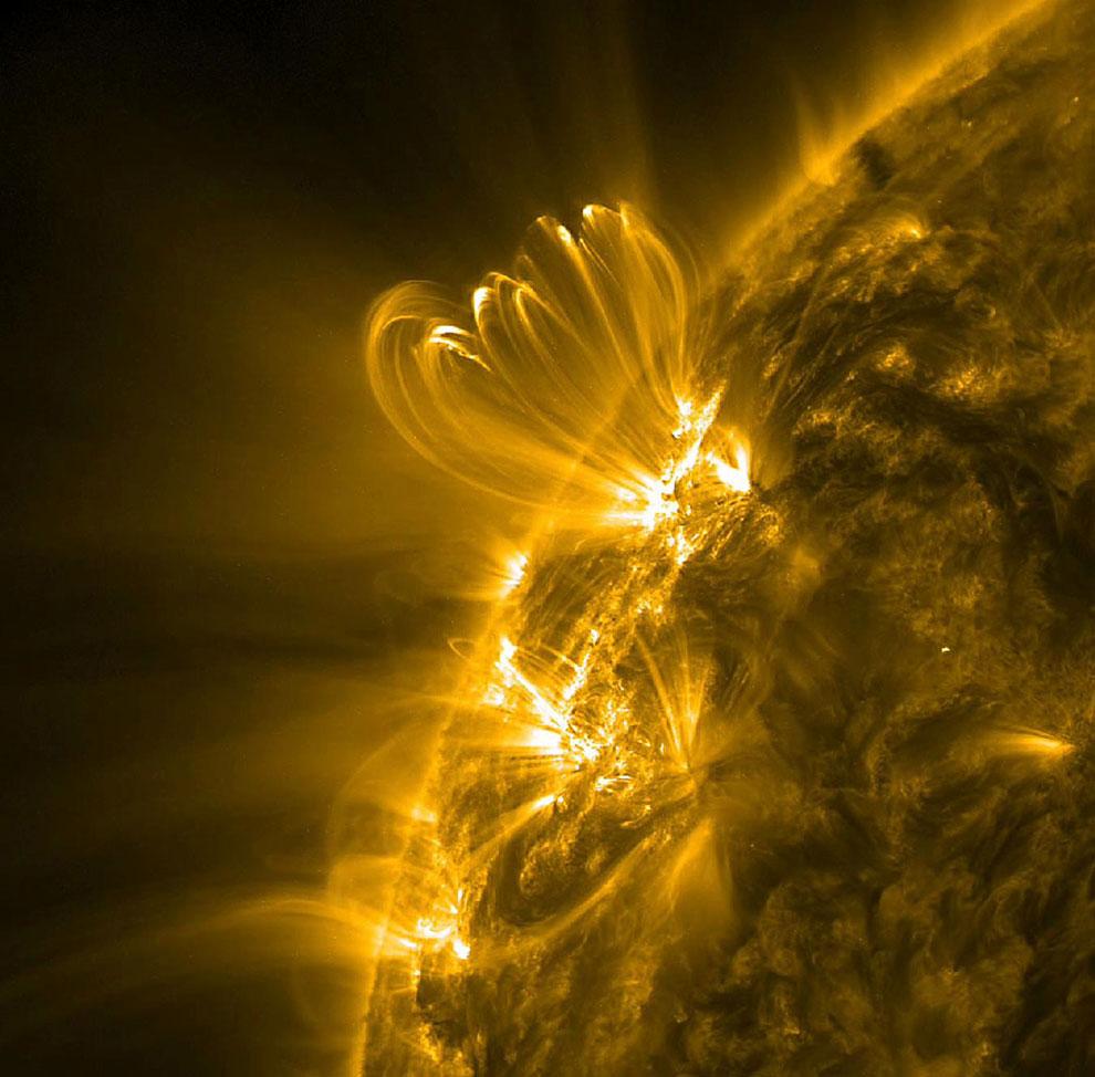 Петли из перегретой плазмы на Солнце