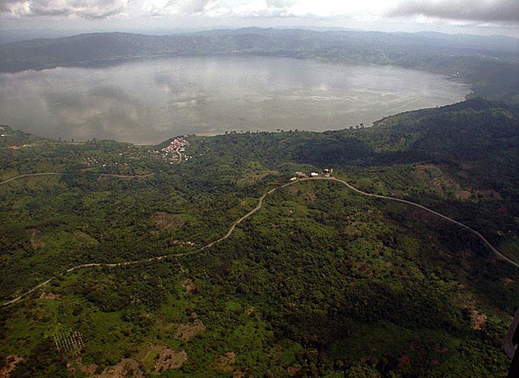 Озеро Босумтви внутри ударного кратера (Гана)