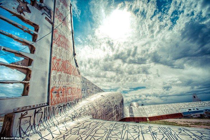 Графіті на кладовищі літаків в пустелі Арізони