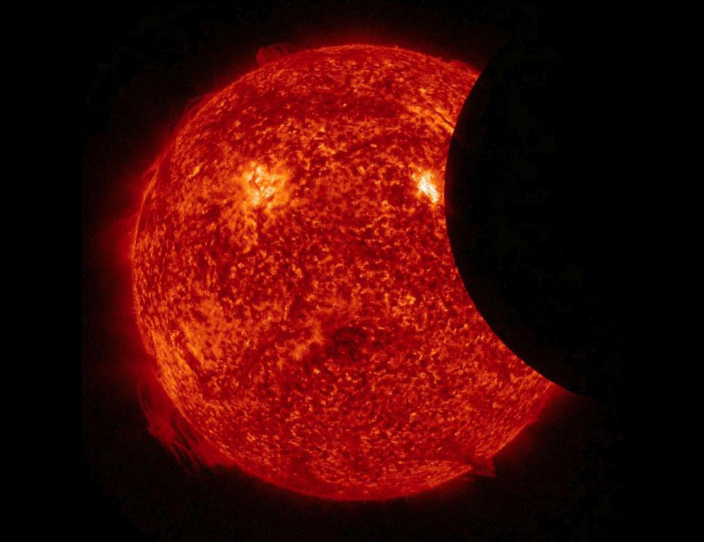 Частичное солнечное затмение из космоса