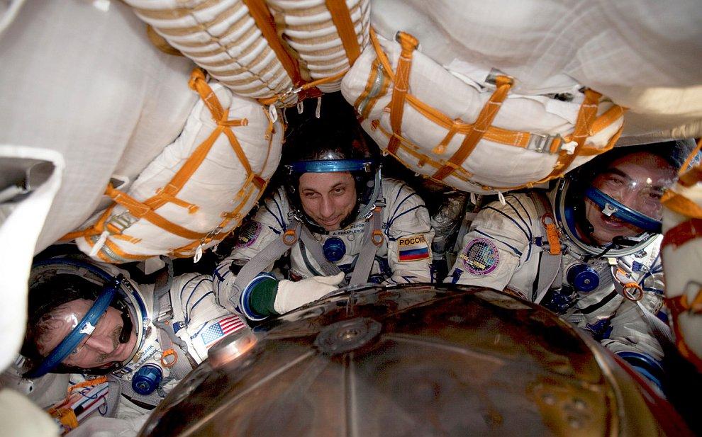 Американский астронавт Дэниел Бербанк и русские космонавты Антон Шкаплеров и Анатолий Иваниши