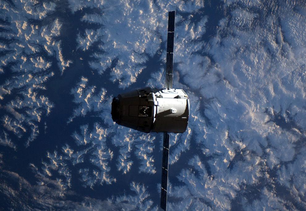 Первый частный космический корабль Dragon
