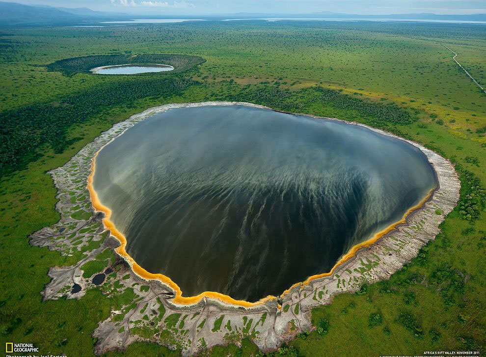 Кратерное озеро в рифтовой долине, Африка