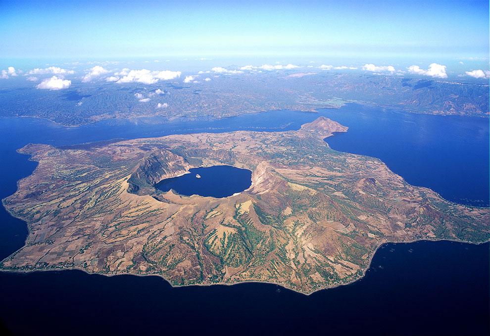 Озеро кратера на вулкані Таал, Філіппіни