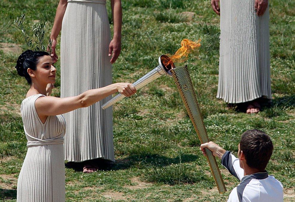 Зажжение Олимпийского огня в Греции