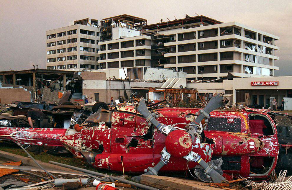 Торнадо и упавший вертолет