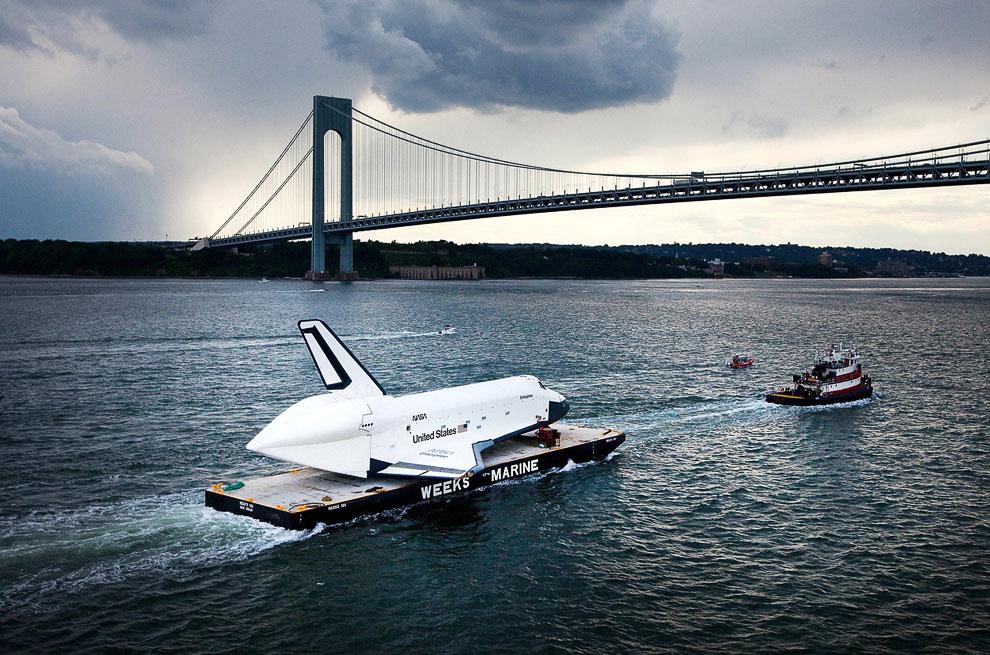 Перевозка космического шаттла по реке Гудзон