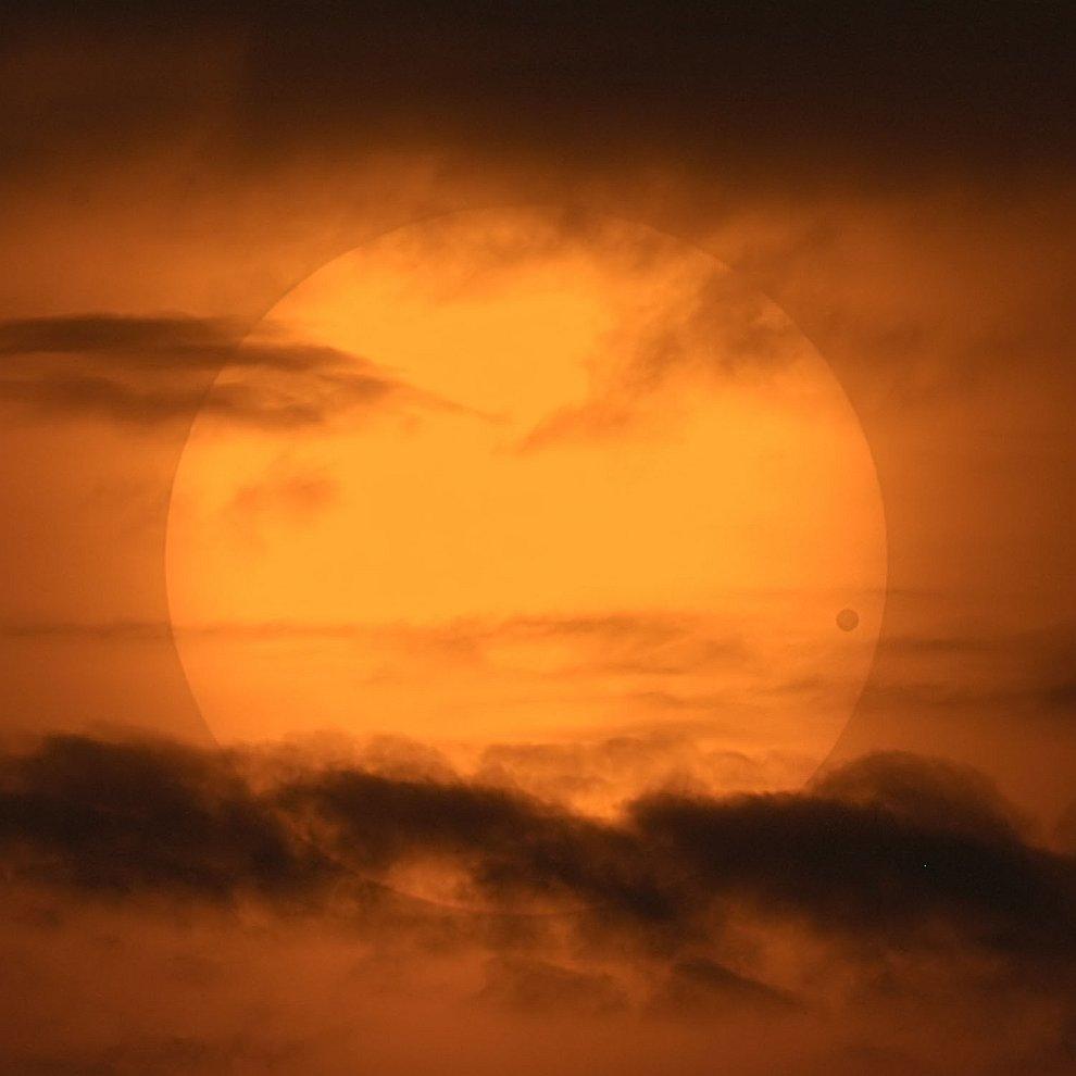 Живописное прохождение Венеры по диску Солнца
