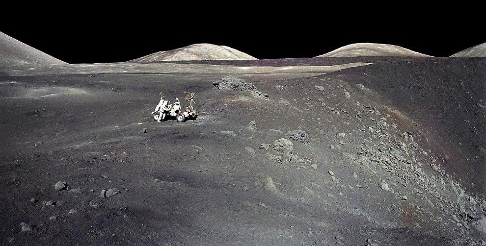 Американские астронавты с луноходом на поверхности Луны в 1972 году