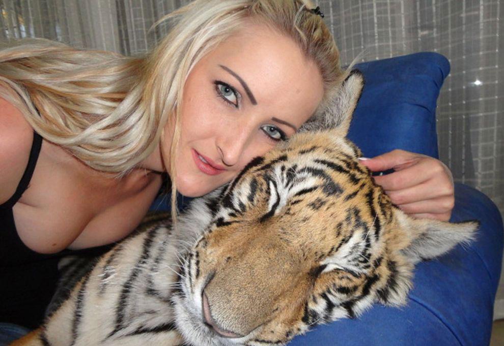Пара из Южной Африки завела себе тигра