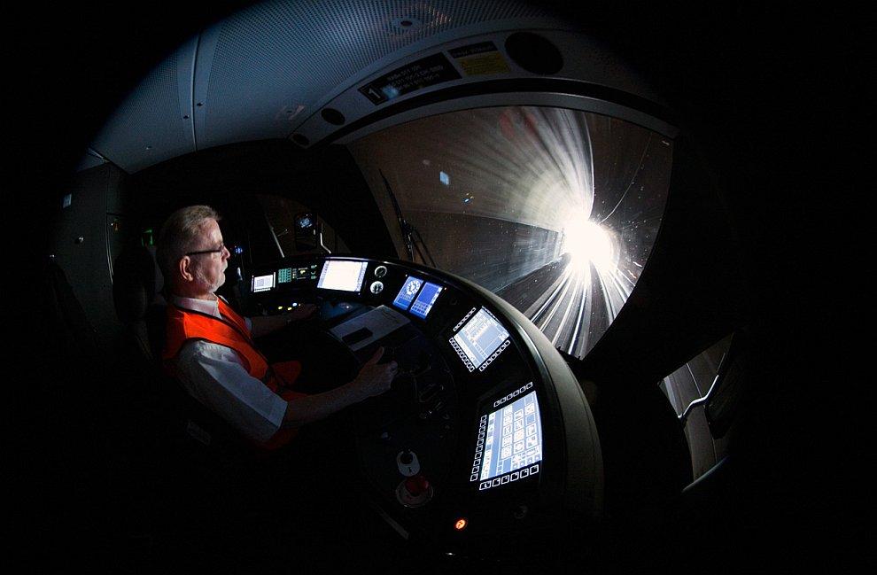 Поезд в тоннеле на железной дороге