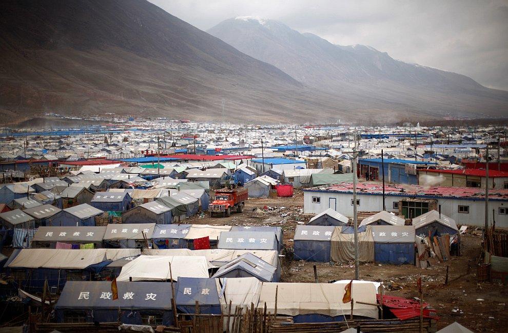 Тысячи людей до сих пор живут в палаточных городках, ожидая переезда в новые дома