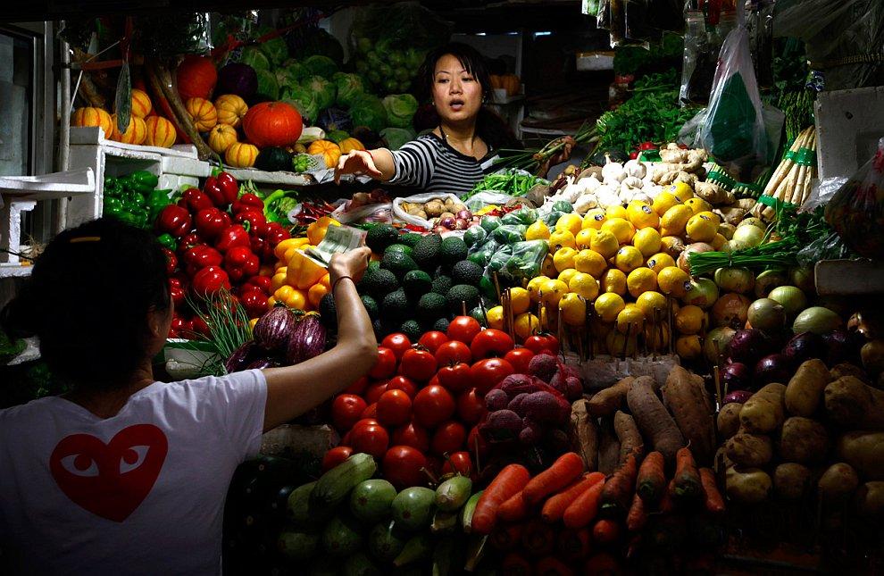 Торговая палатка по продаже овощей в центре Пекина