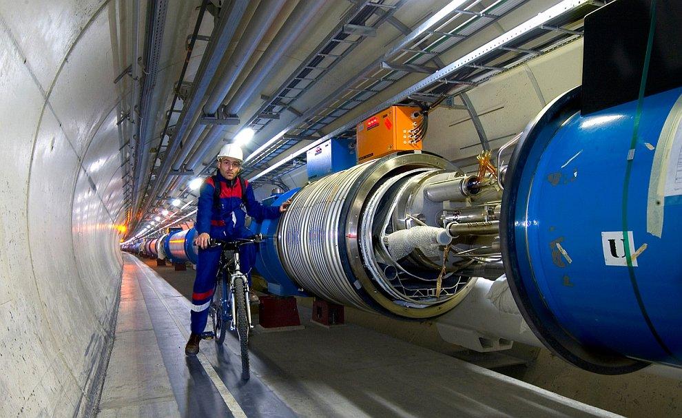 27-километровый подземный тоннель, предназначенный для размещения кольцевого ускорителя Большого адронного коллайдера