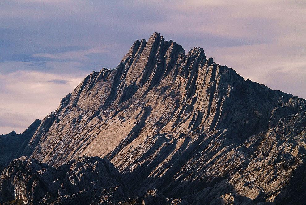 Самые высокие горы на континентах ФОТО НОВОСТИ Первое восхождение на Пунчак Джаю произошло лишь в 1962 году Название горы с индонезийского языка переводится примерно как Пик Победы