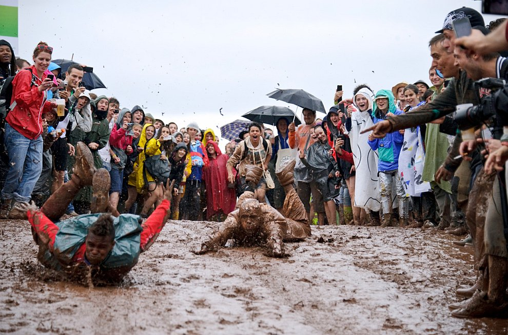 По колено в грязи